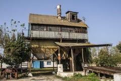 Παλαιά αγροτική σιταποθήκη για τη λείανση στοκ εικόνα με δικαίωμα ελεύθερης χρήσης