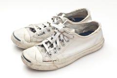 Παλαιά αθλητικά παπούτσια στην άσπρη ανασκόπηση Στοκ Εικόνα