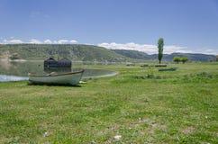 Παλαιά αλιευτικά σκάφη που εγκαταλείπονται κατά μήκος του ποταμού, μπλε σαφείς ουρανοί, ol Στοκ εικόνες με δικαίωμα ελεύθερης χρήσης