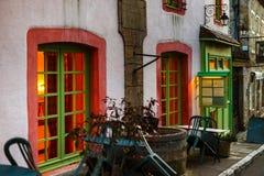 Παλαιά αλλά ανακαινισμένα πράσινα παράθυρα του μικρού καφέ στα αρχαία γαλλικά Στοκ φωτογραφίες με δικαίωμα ελεύθερης χρήσης