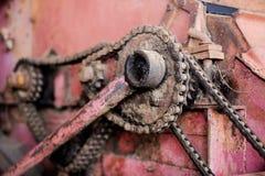Παλαιά αλυσίδα σιδήρου στην αναδρομική μηχανή Στοκ εικόνες με δικαίωμα ελεύθερης χρήσης