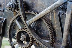 Παλαιά αλυσίδα σιδήρου στην αναδρομική μηχανή Στοκ Εικόνες