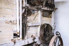 Παλαιά αλυσίδα σιδήρου στην αναδρομική μηχανή Στοκ Φωτογραφία