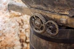 Παλαιά αλυσίδα σιδήρου στην αναδρομική μηχανή Στοκ εικόνα με δικαίωμα ελεύθερης χρήσης