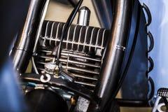 Παλαιά αναδρομική εκλεκτής ποιότητας μοτοσικλετών κινηματογράφηση σε πρώτο πλάνο μηχανών μετάλλων λαμπρή στοκ εικόνα