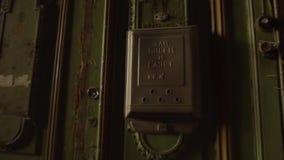 Παλαιά αναδρομική εκλεκτής ποιότητας πόρτα με την παλαιά ταχυδρομική θυρίδα 19ος αιώνας Η Αγία Πετρούπολη απόθεμα βίντεο