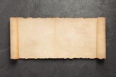 Παλαιά αναδρομική ηλικίας περγαμηνή εγγράφου στην πλάκα στοκ εικόνες