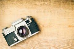 Παλαιά αναδρομική κάμερα στους εκλεκτής ποιότητας αγροτικούς ξύλινους πίνακες σανίδων Σειρές μαθημάτων φωτογραφίας εκπαίδευσης πί Στοκ φωτογραφία με δικαίωμα ελεύθερης χρήσης