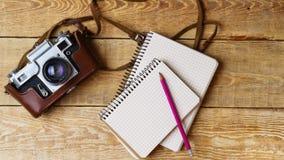 Παλαιά αναδρομική κάμερα στους εκλεκτής ποιότητας αγροτικούς ξύλινους πίνακες σανίδων Σειρές μαθημάτων φωτογραφίας εκπαίδευσης πί Στοκ Εικόνες
