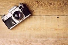 Παλαιά αναδρομική κάμερα στους εκλεκτής ποιότητας αγροτικούς ξύλινους πίνακες σανίδων Σειρές μαθημάτων φωτογραφίας εκπαίδευσης πί Στοκ εικόνα με δικαίωμα ελεύθερης χρήσης
