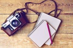 Παλαιά αναδρομική κάμερα στους εκλεκτής ποιότητας αγροτικούς ξύλινους πίνακες σανίδων Σειρές μαθημάτων φωτογραφίας εκπαίδευσης πί Στοκ Φωτογραφίες