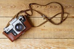 Παλαιά αναδρομική κάμερα στους εκλεκτής ποιότητας αγροτικούς ξύλινους πίνακες σανίδων Σειρές μαθημάτων φωτογραφίας εκπαίδευσης πί Στοκ εικόνες με δικαίωμα ελεύθερης χρήσης