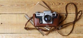 Παλαιά αναδρομική κάμερα στους εκλεκτής ποιότητας αγροτικούς ξύλινους πίνακες σανίδων Στοκ Φωτογραφίες