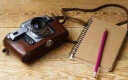 Παλαιά αναδρομική κάμερα στους εκλεκτής ποιότητας αγροτικούς ξύλινους πίνακες σανίδων Στοκ Εικόνες