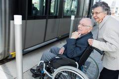 Παλαιά αναμονή ζευγών που παίρνει στο τραμ Στοκ Εικόνα