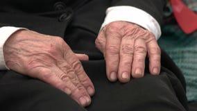 Παλαιά ανώτερα αρσενικά χέρια απόθεμα βίντεο