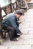 Παλαιά ανώτερη συνεδρίαση σε έναν πάγκο στοκ εικόνα με δικαίωμα ελεύθερης χρήσης