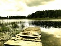 Παλαιά αποβάθρα κοντά στη λίμνη Στοκ φωτογραφία με δικαίωμα ελεύθερης χρήσης