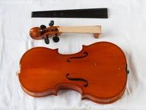 Παλαιά αποκατάσταση βιολιών: αποσυνδεμένος fingerboard και σώμα με το κεφάλι στοκ φωτογραφία με δικαίωμα ελεύθερης χρήσης