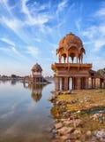 Παλαιά αρχιτεκτονική στη λίμνη Gadisar σε Jaisalmer Ινδία, Rajasthan Στοκ εικόνα με δικαίωμα ελεύθερης χρήσης