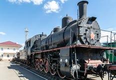 Παλαιά ατμομηχανή ατμού εκτός από μια πλατφόρμα σιδηροδρομικών σταθμών αναδρομικό τραίνο στοκ εικόνα με δικαίωμα ελεύθερης χρήσης