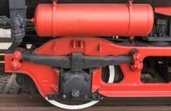 Παλαιά ατμομηχανή ατμού Η λεπτομέρεια και κλείνει επάνω των τεράστιων ροδών στοκ εικόνες