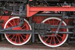 Παλαιά ατμομηχανή ατμού Η λεπτομέρεια και κλείνει επάνω των τεράστιων ροδών στοκ εικόνα με δικαίωμα ελεύθερης χρήσης