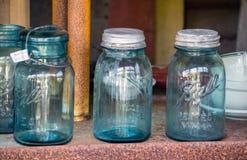 Παλαιά βάζα κτιστών γυαλιού με τα παλαιά καπάκια μετάλλων στοκ εικόνες