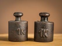 Παλαιά βάρη σιδήρου 1kg για μια κλίμακα κουζινών Στοκ Εικόνες
