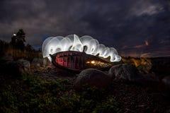 Παλαιά βάρκα, ακτή και φως βραδιού Στοκ Φωτογραφίες