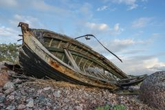Παλαιά βάρκα, ακτή και φως βραδιού Στοκ εικόνα με δικαίωμα ελεύθερης χρήσης
