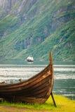 Παλαιά βάρκα και πορθμείο Βίκινγκ στο νορβηγικό φιορδ Στοκ Εικόνες