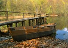 Παλαιά βάρκα κοντά στην αποβάθρα στοκ φωτογραφία με δικαίωμα ελεύθερης χρήσης