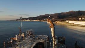 Παλαιά βάρκα που στέκεται στην παραλία στο υπόβαθρο χρονικού ουρανού ηλιοβασιλέματος πλάνο Seagulls που κάθονται σε ένα σπασμένο  απόθεμα βίντεο