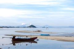 Παλαιά βάρκα σε ένα σχοινί στην ήρεμη θάλασσα samui Ταϊλάνδη νησιών σταθμευμένος στοκ εικόνα