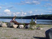 Παλαιά βάρκα σε μια τράπεζα λιμνών στοκ φωτογραφίες με δικαίωμα ελεύθερης χρήσης
