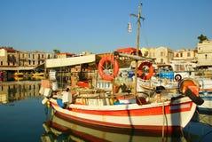 Παλαιά βάρκα στον παλαιό λιμένα Στοκ εικόνες με δικαίωμα ελεύθερης χρήσης