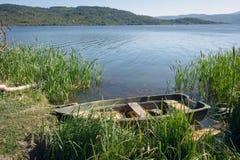 Παλαιά βάρκα στο φράγμα Pchelina, Βουλγαρία Στοκ Εικόνες