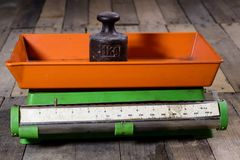 Παλαιά βάρος και βάρη σε έναν ξύλινο πίνακα Παλαιά χρησιμοποιημένη κλίμακα κουζινών Στοκ Εικόνες
