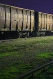 παλαιά βαγόνια εμπορευμάτων τραίνων νύχτας Στοκ εικόνες με δικαίωμα ελεύθερης χρήσης