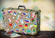 Παλαιά βαλίτσα με τα stikkers στο πάτωμα στοκ εικόνα με δικαίωμα ελεύθερης χρήσης