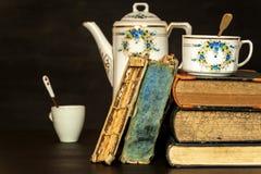 Παλαιά βιβλία και ένα φλυτζάνι πορσελάνης Μελέτες λογοτεχνίας Χαλάρωση με ένα βιβλίο ποτό ζεστό Στοκ εικόνες με δικαίωμα ελεύθερης χρήσης