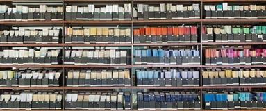 Παλαιά βιβλία και περιοδικά στα ράφια στοκ εικόνα