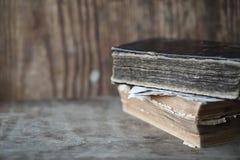 Παλαιά βιβλία σε έναν ξύλινο πίνακα και πιό magnifier Στοκ Εικόνες
