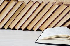 Παλαιά βιβλίο και γυαλιά στο ξύλινο ράφι στοκ εικόνες με δικαίωμα ελεύθερης χρήσης