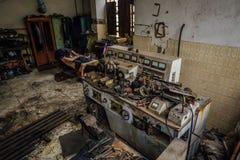 Παλαιά βιομηχανική εργαλειομηχανή στο εργαστήριο Σκουριασμένος εξοπλισμός μετάλλων στο εγκαταλειμμένο εργοστάσιο Στοκ φωτογραφία με δικαίωμα ελεύθερης χρήσης