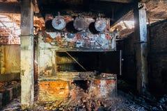 Παλαιά βιομηχανική σόμπα τούβλου στο εγκαταλειμμένο δωμάτιο λεβήτων στο εργοστάσιο στοκ εικόνα
