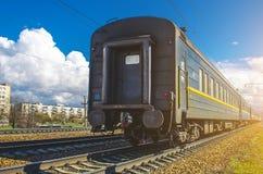 Παλαιά βρώμικα αυτοκίνητα επιβατικών αμαξοστοιχιών στο σταθμό στη Ρωσία Στοκ φωτογραφία με δικαίωμα ελεύθερης χρήσης