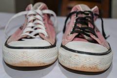Παλαιά βρώμικα πάνινα παπούτσια στοκ φωτογραφία με δικαίωμα ελεύθερης χρήσης