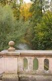 Παλαιά γέφυρα για πεζούς πετρών πέρα από τον κολπίσκο το φθινόπωρο με τα χρώματα φθινοπώρου Στοκ Φωτογραφία